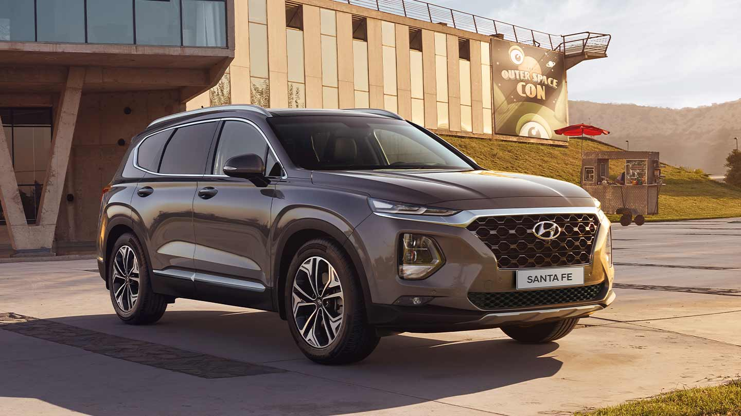 Vista frontal de Hyundai Santa Fe 2020 color bronce
